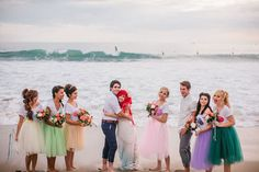 boda en la playa con damas de honor acompañando a los novios