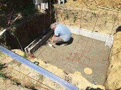 Construction d'une petite piscine en béton équipée spa: Début de la construction piscine béton Piscine Diy, Patio, Spa, Deck, Outdoor Decor, Home Decor, Small Swimming Pools, Houses, Walls