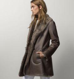 Este abrigo de piel vuelta es de Massimo Dutti para este invierno 2016 17. 95a574ea4fa6