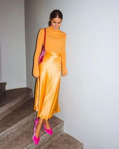 A bias silk skirt almost as the one seen on beautiful lady here - Outfit Trends Skirt Midi, Satin Midi Skirt, Silk Skirt, Silk Dress, Modest Fashion, Fashion Outfits, Fashion Trends, Colourful Outfits, Facon