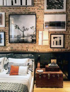 Mooi die ruwe muur en die foto's . Ik geloof echter dat dit een typische mannenslaapkamer is :-)
