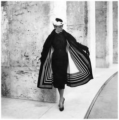 Model wearing Jacques Fath photographed by Willy Maywald, The coat has a unique lining that resembles a huge scarf with a striped pattern. Jacques Fath, Fifties Fashion, Retro Fashion, Vintage Fashion, Classy Fashion, 1950s Style, Moda Vintage, Vintage Mode, Vintage Glamour