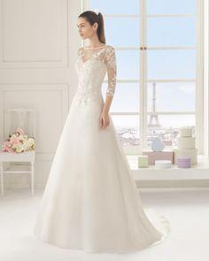 Vestido de organza bordado com brilhantes, em cor natural.