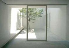 La luz reflejada en un patio de color claro puede ser una importante fuente de luz natural. Casa Tetsuka en Tokio. John Pawson, 2005