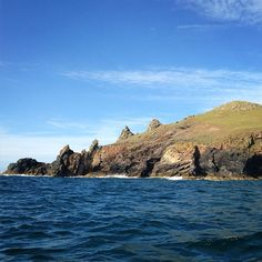 It's been another beautiful day on the north Cornish coast! Here's a shot of the rumps taken from one of today's boat trips with @wavehuntersuk #sun #sea #summer #northcornwall #cornwall #stmoritzhotel #wavehuntersuk ☀️