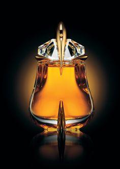 I though Alien was a nice perfume. Alien Essence Absolue is an EXCEPTIONAL perfume! Parfum Alien, Alien Perfume, Thierry Mugler, J Adore Parfum, Ode An Die Freude, Perfume Carolina Herrera, Metal Nobre, Francis Kurkdjian, Fragrance Parfum