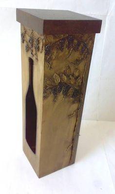 Caixa de vinho em mdf, envelhecida imitando madeira entalhada com motivos de ramos de uva . Tamanho grande :10,5x10,5x32,5 cm R$ 50,00