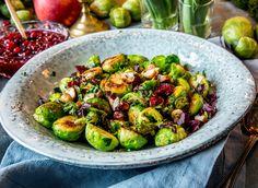 Er du klar for en ny smaksopplevelse med rosenkål? Da burde du prøve dem stekt, med hakket persille, tranebær og hasselnøtter. Det blir garantert en ny favoritt. Veggie Christmas, Sprouts, Side Dishes, Chili, Vegetables, Food, Chile, Essen, Vegetable Recipes