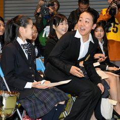 開会式の前、最後に会場に入り、慌てて席に座る浅田真央=白井伸洋撮影 (2015年12月24日)