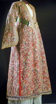 Late-Ottoman kaftan, 19th century. The hand-embroidered fabric ('Tepebaşı') is characteristic of the town of Kütahya (West-Anatolia).