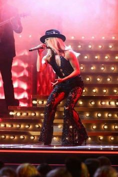 """Carrie Underwood brought the house down with an insanely steamy performance of """"Drinking Alone"""" at the 2019 CMA Awards. This performance may go down as one of her best ever—find out what people are saying! Cma Awards 2019, Carrie Underwood Cma, Sean Penn, Green Gown, Garth Brooks, Florida Georgia Line, Little Red Dress, Brad Paisley, Country Music Singers"""