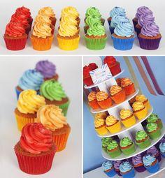 Tour de cupcakes pour sweet table arc en ciel
