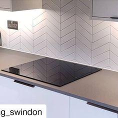 Chevron Kitchen, Modern Kitchen Tiles, Kitchen Splashback Tiles, One Wall Kitchen, Chevron Tile, Kitchen Design, Feature Wall Living Room, White Gloss Kitchen, White Wall Tiles