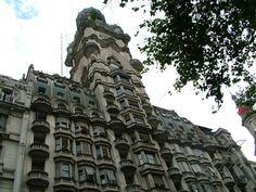 Palacio Barolo | Edificio ubicado sobre la Avenida de Mayo, en Buenos Aires, Argentina. El arquitecto italiano Mario Palanti construyó este palacio a pedido del empresario textil Luis Barolo.