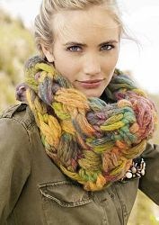 Col van Colore Big van Lana Grossa (53% scheerwol en 47% acryl) op breinaald 12-15. Col is 30cm breed en heeft een omtrek van 72 cm. Gebruikte steken: kettingrand en vlechtpatroon. U ontvangt 2 bollen Colore wol met gratis de breischrijving.