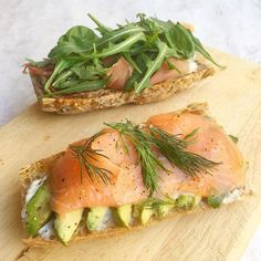 THINGS ON TOAST for quick breakfasts with @thesnapery seeded sourdough baguette topped with mushroom & truffle pate Parma ham & rocket on one followed by another topped with @lafromagerieuk goat's curd avocado @waitrose smoked salmon and fresh dill. Not entirely sure where my cooking mojo has gone! Still getting in some fruit and veg into each meal though. #10minmeals #urbankitcheneats #10aday #toast #breakfastlondon #healthyliving #healthyfoodie #foodwriter #foodlover #londonlife…