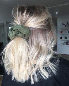 BLONDE BALAYAGE ⚡️ loving this kahki scrunchie from @_barefootwanderer @jamie_hotteshair @hotteshair #lakmecolour #olaplex #behindthechair…
