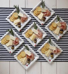 Arranging an ideal cheese platter is like making a masterpiece. It's extra than simply piling cheese onto a plate. Cheese tasting is as delicate a problem as wine testing. To place a primary cheese pl Individual Appetizers, Appetizers For Party, Tapas, Christmas Cheese, Charcuterie Plate, Easy Cheese, Vegan Cheese, Wine Cheese, Queso Cheese