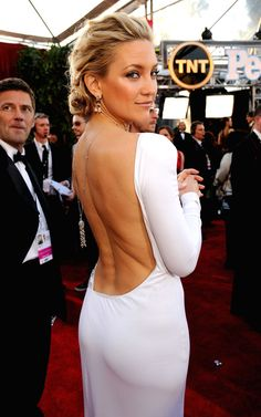 Kate Hudson - backless dresses for the boobless women, so petite, gorgeous eyes, always beautifully bronzed Pretty People, Beautiful People, Beautiful Women, Sexy Backless Dress, Dress Hairstyles, Hairdos, Glamour, Gorgeous Eyes, Stunning Dresses