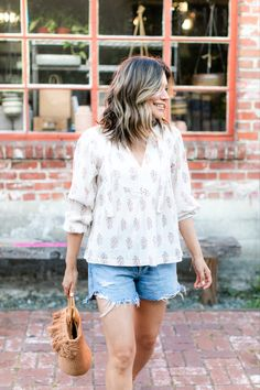 Effortless, casual, jean shorts and feminine top. Summer Outfits For Moms, Mom Outfits, Fashion Outfits, Summer Dresses, Jean Short Outfits, Red Carpet Looks, Beachwear, Swimwear, Classic Looks