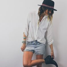 jeans, camisa branca e botinha