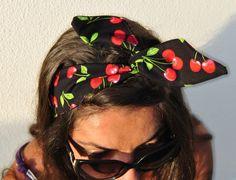 Fascia per capelli con ciliegie pin up. Fascia nera con ciliegie rockabilly pin up style. Wired headband
