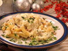 Krämig pastagratäng med enkel ostsås, knaprig bacon och lök- och svampblandning.