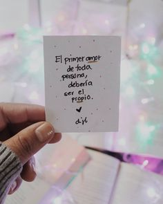 El primer amor de toda persona, debería ser el propio. #selflove #amorpropio Quotes En Espanol, Dear Self, Quotes About Everything, Love Phrases, Pretty Quotes, Spanish Quotes, Wallpaper Quotes, Success Quotes, Positive Quotes