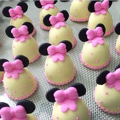 Trufas da Minnie.  Pic via @hilladoces Seleção #encontrandoideias #blogencontrandoideias#blogdefestainfantil Minnie Mouse Theme Party, Minnie Mouse Pink, Minnie Birthday, Mouse Parties, Birthday Parties, Christmas Deserts, Fun Deserts, Oreo Pops, Flower Cookies