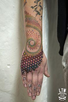 No sabemos como denominar a este fantástico tatuaje de Tomás García, constelación, espiral, patrón.. Lo que sabemos es que es genial!