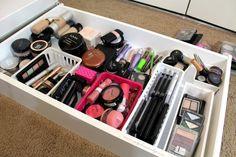Organizar maquiagem não é tão difícil como parece, além de contribuir para a decoração, faz com que os produtos se conservem por muito mais tempo.