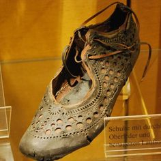 Intricately-designed and highly fashionable, this Ancient Roman shoe reveals a lot about how footwear functioned in Rome. Historical Artifacts, Ancient Artifacts, Roman Artifacts, Ancient Rome, Ancient History, Pompeii History, European History, Ancient Aliens, Ancient Greece