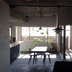 hamakajiさんの、チランジア,観葉植物,セルフペイント,ルイスポールセン,モルタルの床,アーコールチェア,ドライフラワー,イルマリタピオヴァーラ,植物,部屋全体,のお部屋写真