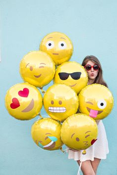 DIY Emoji Balloons by Studio DIY and other great party ideas and party decor! Cody Charms - Charmingly All Emoji Ballon Emoji, Party Emoji, Kids Crafts, Diy And Crafts, Accessoires Photo, Ideias Diy, Foil Balloons, Mellow Yellow, Diy Party