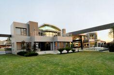 Cal Kempton Park by Nico van der Meulen The 'Cal Kempton' located in Johannesburg, South Africa – Designed by Nico Van Der Meulen Architects Minimalist House Design, Minimalist Home, Modern House Design, Home Design, Interior Design, Modern Houses, South African Homes, African House, Porches