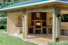 barbecue en pierre naturelle, abri de jardin en pierre blonde, sol en bois et pierre et appliques murales