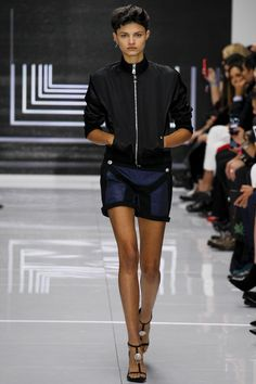 Versus Versace Spring 2016 Ready-to-Wear Fashion Show - Isabella Emmack