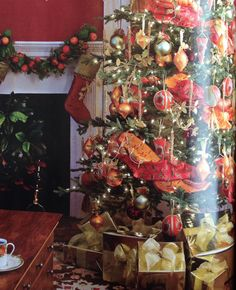 Christmas tree inspiration ~ love the wide, intertwined ribbons