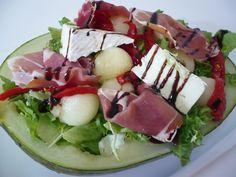 Ensalada de queso con melón y algo de jamón ibérico    Los entrantes y las ensaladas suelen ir muy bien tanto en las comidas como en las cenas. Y si dejamos que las cenas tengan a la ensalada como plato principal, además nos ayudará a mantener una dieta sana y equilibrada. http://tsmlab.org/1niNR23  Síguenos también en todas nuestras redes sociales: TW - www.twitter.com/melonplatinum FB - https://www.facebook.com/melonplatinum G+ - http://plus.google.com/11024