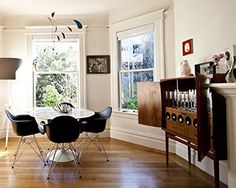 ode to saarinen and eames Kitchen Dining Living, Farmhouse Dining Chairs, Dining Area, Kitchen Nook, Dining Room, Living Room Accents, Living Room Chairs, Table And Chairs, A Table