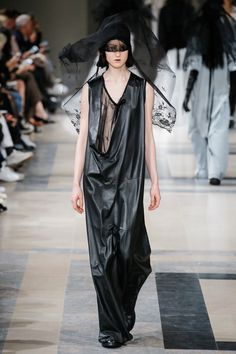 The complete Ann Demeulemeester Fall 2017 Ready-to-Wear fashion show now on Vogue Runway. Fashion Week Paris, Fashion 2017, Womens Fashion, Monochrome Fashion, Dark Fashion, Minimal Fashion, Ann Demeulemeester, Mode Sombre, Models Backstage