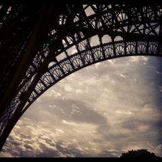 Et l'imbécile regarde le doigt? #paris #eiffel #france #francia #nuages #nubes #clouds #ciel #cielo #sky by ADPrietoPYC, via Flickr