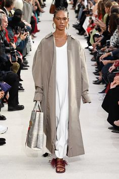 Valentino Spring 2019 Ready-to-Wear Fashion Show Collection: See the complete Valentino Spring 2019 Ready-to-Wear collection. Look 17 Moda Oversize, Women's Summer Fashion, Runway Fashion, Valentino, Corte Y Color, Cool Outfits, Fashion Outfits, Fashion Capsule, Fashion Show Collection