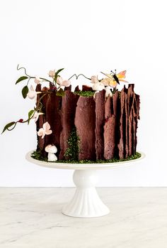 This woodland tree stump cake with leafy vines, blossoms, gum paste ladybugs, and meringue mushrooms is easy and fast to make, and most of the components can be made in advance. Woodsy Cake, Woodland Cake, Chocolate Tree, Chocolate Roll, Modeling Chocolate, Chocolate Fondant, Fondant Cakes, Cupcake Cakes, Fondant Bow