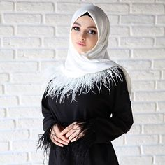 Afbeelding kan het volgende bevatten: 1 persoon, staan Muslim Fashion, Modest Fashion, Hijab Fashion, Beautiful Muslim Women, Beautiful Hijab, Hijabi Girl, Girl Hijab, Celebrity Fashion Outfits, Celebrity Style