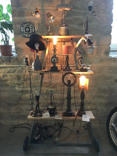 Renard Coffee Shop Telliskivessä esittelee myös mielenkiintoisia moottoripyörän osistakin valmistettuja valaisimia. Näitä personaallisia lamppuja voi ostaa mukaan - kahvin nauttimisen jälkeen. Paikka on hauska yhdistelmä moottoripyöräkorjaamoa, parturia, levykauppaa ja oivallista kahvilaa. #eckeröline #tallinna #telliskivi #renardcoffeeshop #lamppu