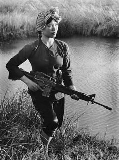 Lam Thi Dep was a Viet Cong soldier who fought in the Vietnam War. The above photo of her was taken in 1972 in Soc Trang Province when she was 18 years old. Large numbers of North Vietnamese women like Lam Thi Dep fought for the Viet Cong and photos. Military Women, Military History, Mädchen In Uniform, Vietnam War Photos, Vietnam History, North Vietnam, Rare Images, Rare Photos, Unseen Images