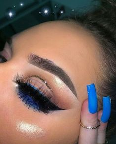 simple eye makeup with pop of blue liner and glitter cut crease Einfaches Augen-Make-up mit blauem Liner und Glitzerfalte Makeup Eye Looks, Makeup For Green Eyes, Blue Eye Makeup, Pretty Makeup, Skin Makeup, Eyeshadow Makeup, Eyeshadows, Yellow Eyeshadow, Eyeshadow Palette