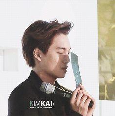 {gif} SWEATHEART Kai !  - Kai praying before SHINee was announced artist of the year - Exo