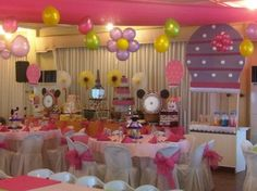This is a little over the top for a 1st birthday party...but I like the balloon in the middle made into a flower.